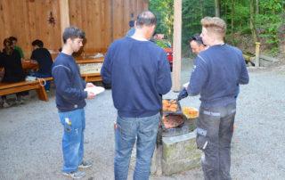 Besim Maloku und Remo Hauri: 15 und 10 Jahre Goldenberger Elektro AG – das Team feiert gemeinsam.